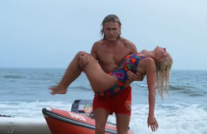 Baywatch levenslessen redding vrouw strand gevaarlijk