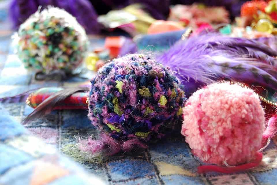 Gekleurde pomponnetjes pompon wol maken