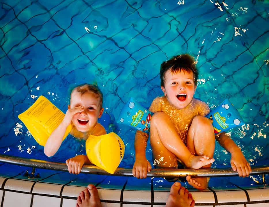 Kinderen zwemmen kinderfeestje zwembad