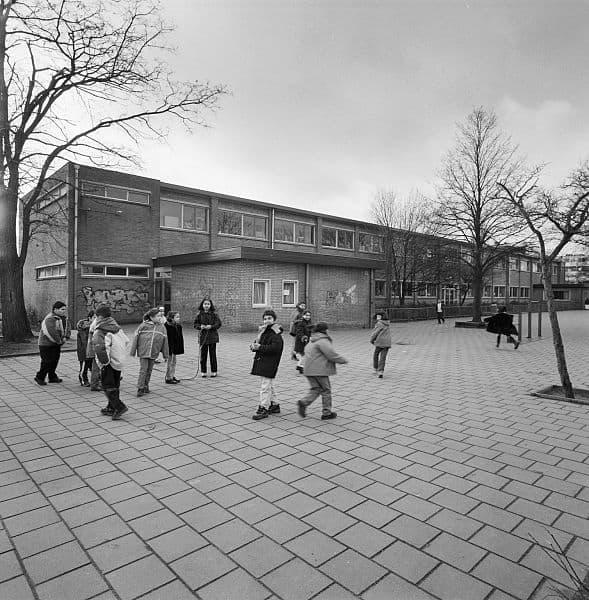 Schoolplein spelen kinderen vroeger