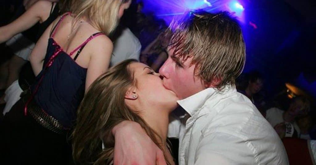 Zoenen in de kroeg uitgaan kussen