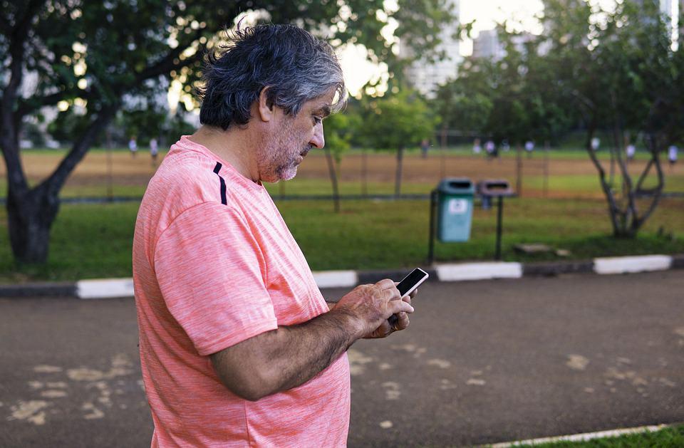 Oude man telefoon