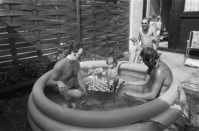 Zwembadje tuin warme dag vroeger kinderbadje