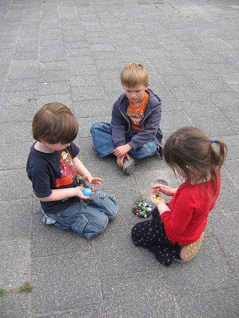 Knikkeren knikkers spelen ruilen vroeger schoolplein