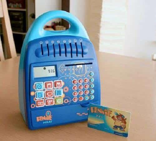 6 gadgets waarmee banken je vroeger probeerde 'om te kopen' | Vroegert