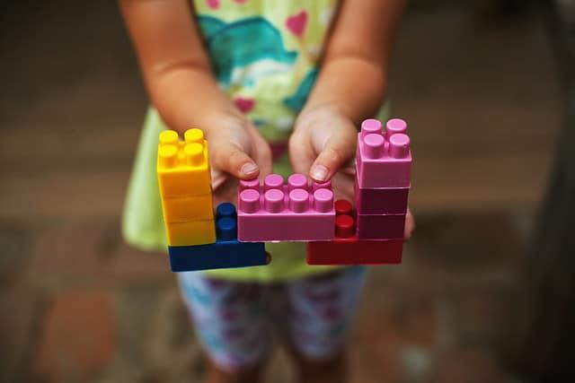 Kind bouwstenen speelgoed vroeger