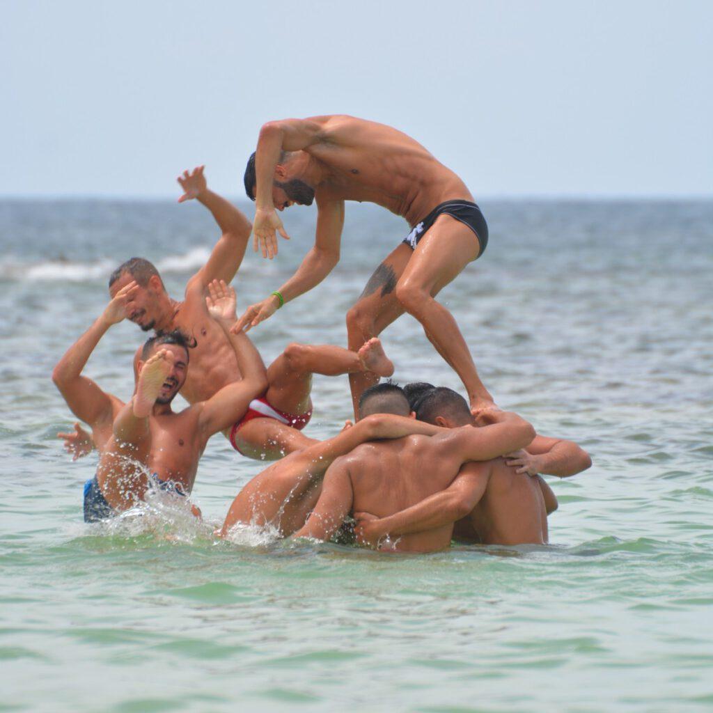 Mannen spelen zwembad zee volwassenen