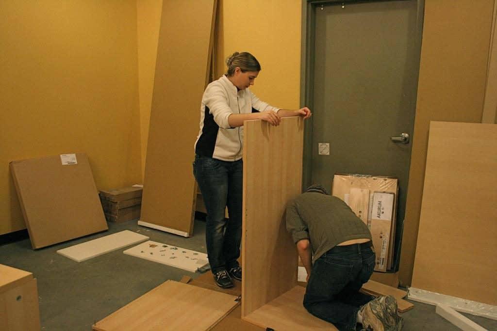 Ikea kast bouwen vader