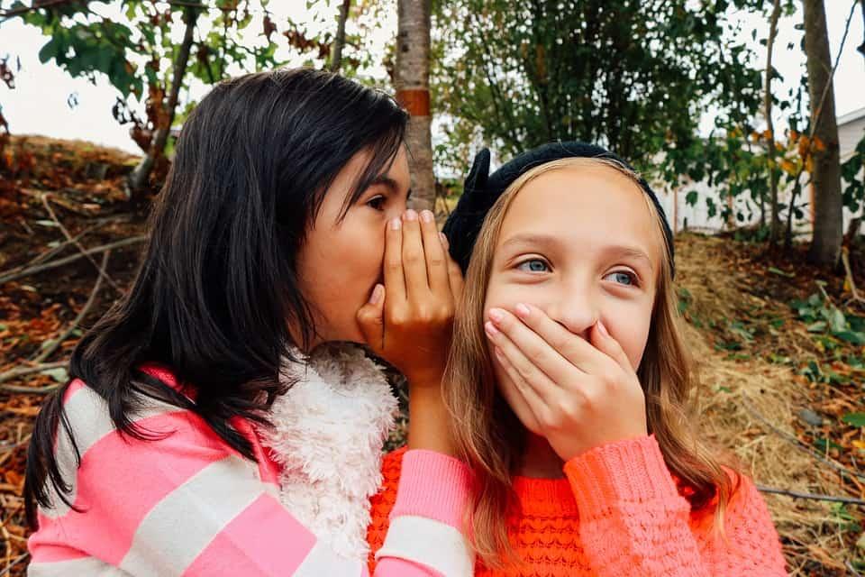 Meisjes fluisteren waarheid durven ondeugende spelletjes