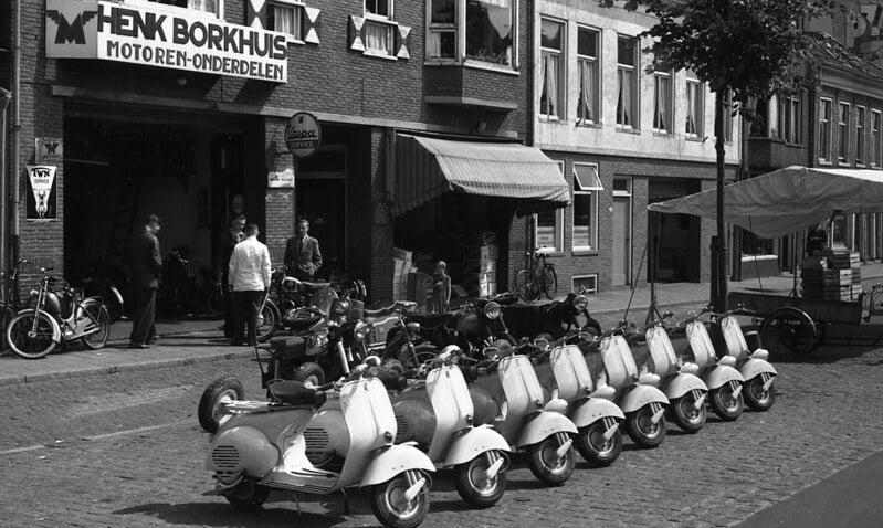 Scooters vroeger Amsterdam straatbeeld