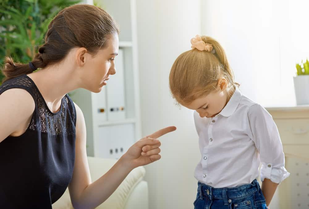 moeder boos dochter meisje kind