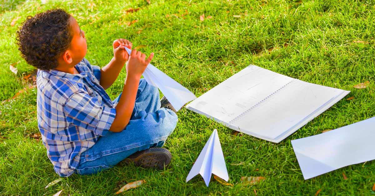 Papieren vliegtuig vouwen vroeger
